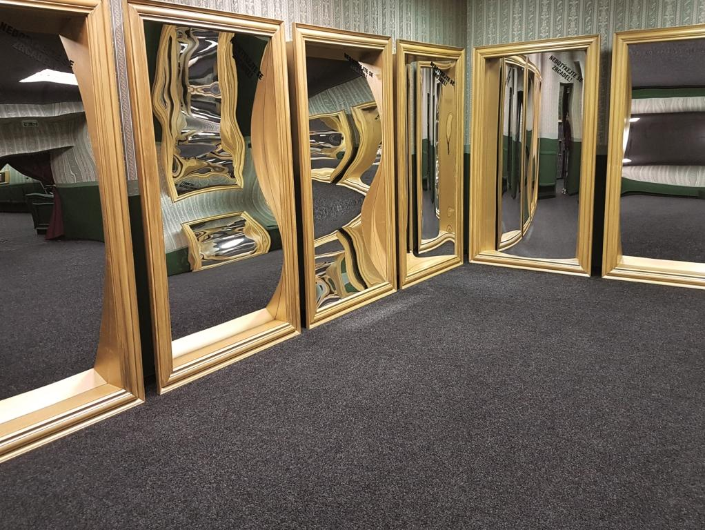Zrcadlovy-labyrint-sin-smichu-samotna-bez-holek-2.jpg